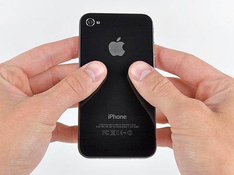 Поставьте пальцы на заднее стекло iPhone, как показано на рисунке