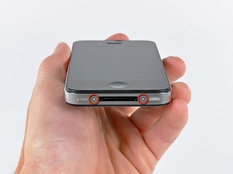 Открутите винты с нижней части iPhone 4 отверткой Philips