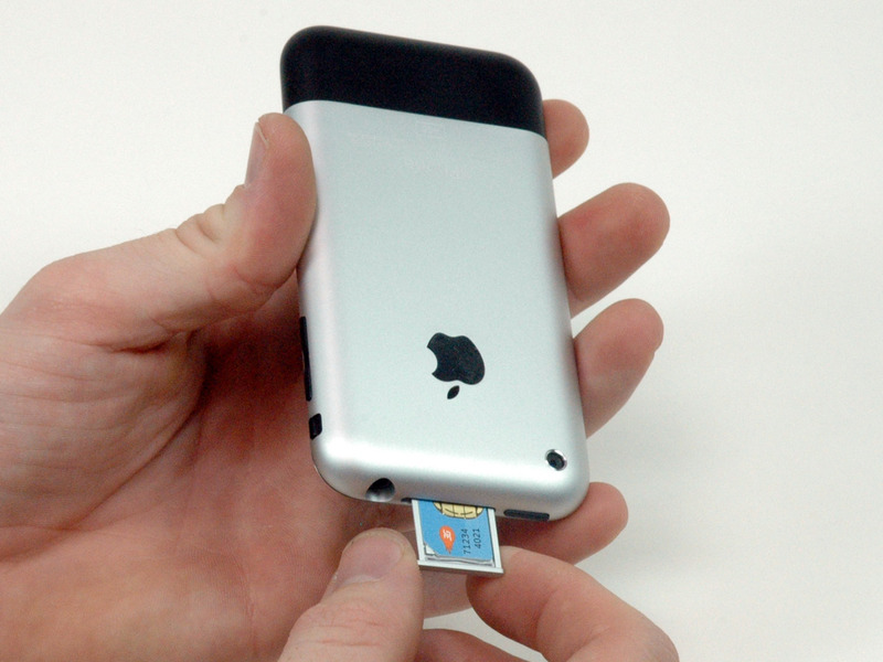 02-take-out-the-sim-card-slot-of-iphone-2g-2.jpg